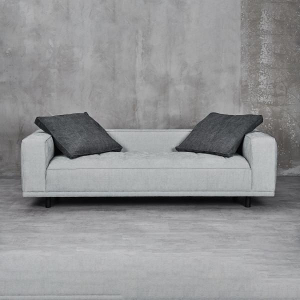 Sofa Lilba 3 Sitzer Ausführung in Nightgrey mit 2 Dekokissen Polsterung Schaumstoff mit Wellenunterfederung das Material der Beine ist lackierter Stahl
