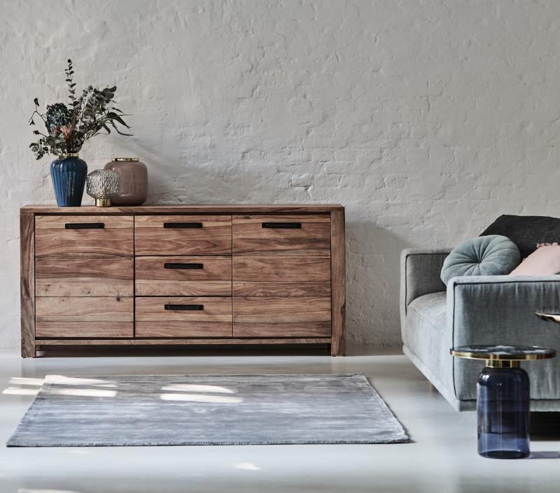 Industrial-Sideboard Jenko mit Sofa im Ambiente