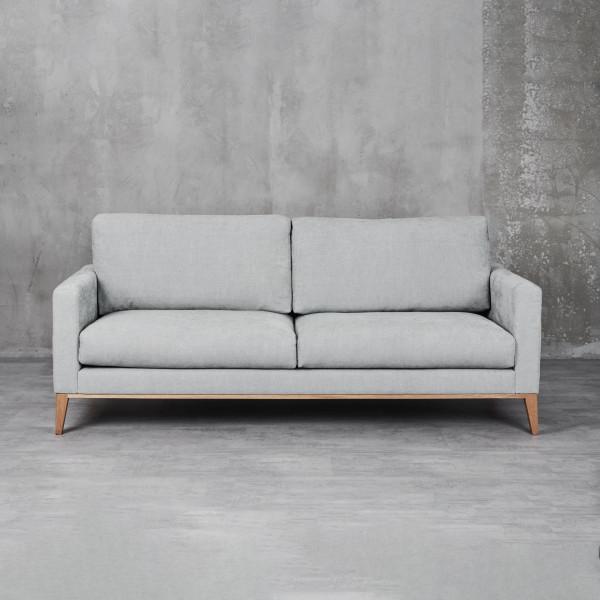 Sofa Smalina in 3 Sitzer Ausführung mit Schaumstoff Polsterung in Silvergrey mit Wellenunterfederung Material von Beinen und Rahmen ist massive Buche