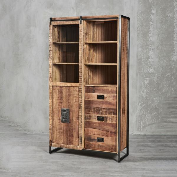 Vitrine Thorkas aus Mangoholz - Industrial-Style mit Schiebetüren und Eisenrahmen   eine Schiebetür aus Holz und Glas dahinter 9 Fächer und 3 Schubladen