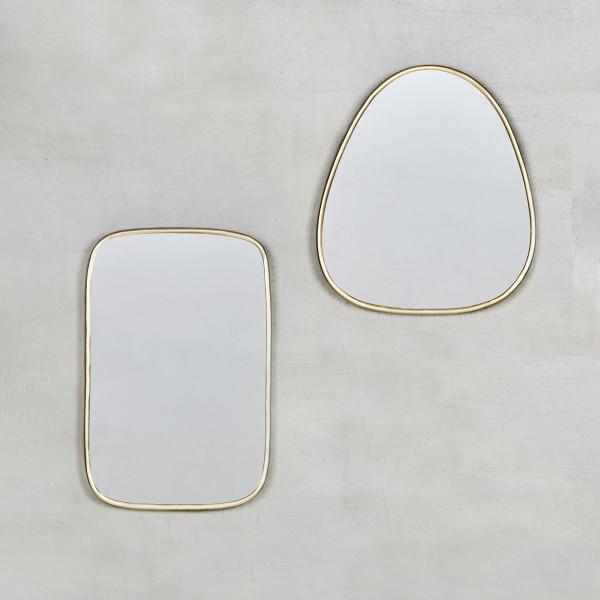 Spiegel Keilika als zweier Set messingfarben galvanisierte Eisen-Rahmen  mit abgerundeten Ecken zwei Formen dreieckig und viereckig