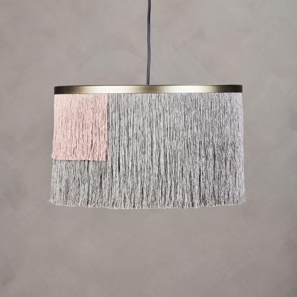 Hängeleuchte Jirte Lampenschirm im Art-Déco Design aus messingfarben pulverbeschichtetem Eisen mit Fransen in Grau und Mahagony Rose Durchmesser 40 cm Höhe 23 cm