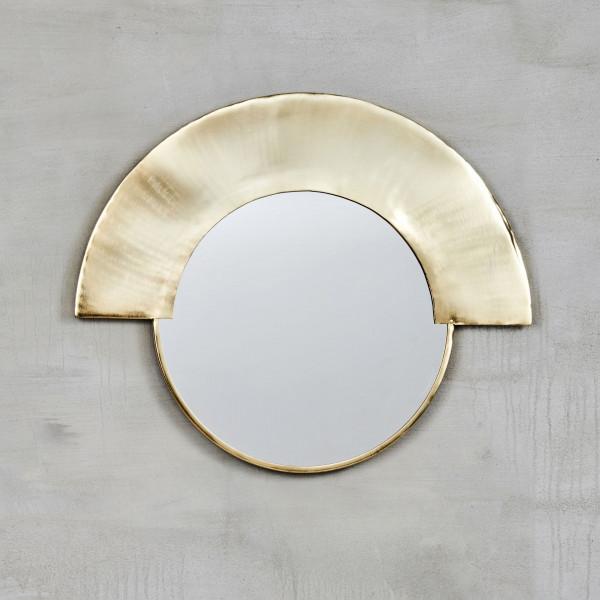Spiegel Tyrille in runder Formgebung mit messingfarbenen galvanisiertem Eisen Rahmen und Spiegelglas Maße Höhe 51 cm Breite 61,5 cm Tiefe 2 cm