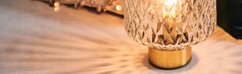 Detail der Tischlampe Gathede, die voller Wärme leuchtet