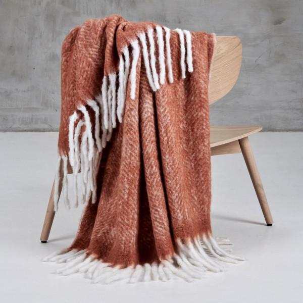 Wolldecke Jolba Plaid mit Mohair-Wolle Anteil in Terra Sunburn mit Fransen und handgewebtem Fischgrätmuster Breite 130 cm Tiefe 170 cm